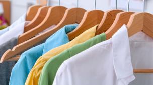 Dublagem de tecido no setor de vestuário